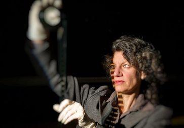 """Prof. Dr. Ursula von Keitz mit Archivmaterial des Arbeitsbereichs """"Phonetik und sprachliche Kommunikation"""" der Universität Bonn. Bild: Volker Lannert/Uni Bonn"""
