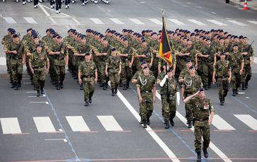 Infanterie Parade (BRD): Politiker meinen Deutschland soll die stärkste Armee in Europa aufbauen - stärker als Russland. Wozu? Um Krieg gegen seine Nachbarn zu führen?