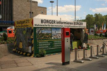 Stuttgart 21: Mahnwache in der Nähe des Stuttgarter Hauptbahnhofs (Juni 2013)