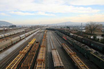 Schienen und Bahn (Symbolbild)