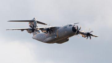 Der Airbus A400M Atlas ist ein militärisches Transportflugzeug von Airbus Military. Die A400M ist mit vier Turboprop-Triebwerken ausgestattet und zeichnet sich gegenüber den von ihr zu ersetzenden älteren Typen durch eine sehr viel höhere Nutzlast und Reichweite aus.