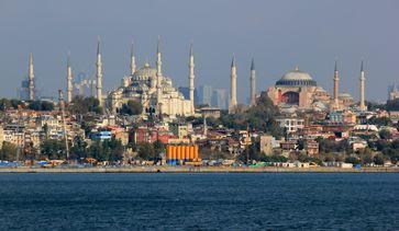Sultan-Ahmed-Moschee (links) und Hagia Sophia von der Seeseite aus