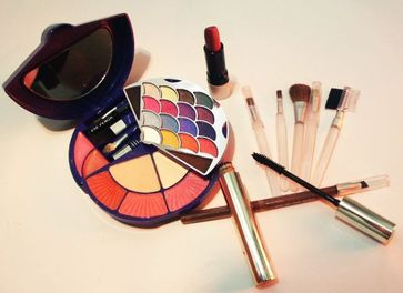Rouge, Lidschatten, Mascara, Kajal, Lippenstift, Pinsel – dekorative Kosmetik