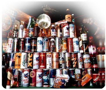 Sammlung verschiedener Energy-Drink-Dosen