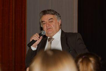 Herbert Reul bei einer Diskussion mit Schülern anlässlich des Europatages 2015