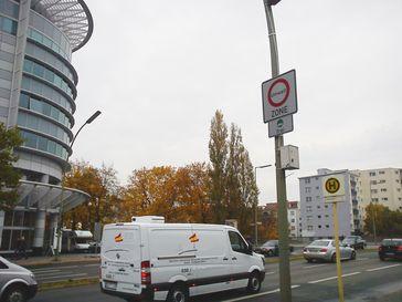 Beschilderung zur Umweltzone in Berlin, die nur noch Fahrzeuge mit grüner Plakette erlaubt – Aufnahme von Oktober 2010