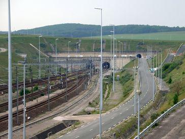 Einfahrt in den Eurotunnel nahe Coquelles (Frankreich)
