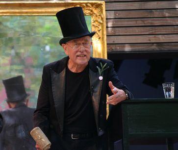 Claus Peymann während einer Versteigerung im Hof des Berliner Ensembles im Juni 2011