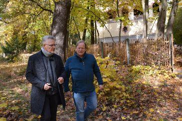 """Florian S. (l.) erzählt Dietrich Grönemeyer beim gemeinsamen Spaziergang, wie sich seine Wertvorstellungen mit den Schulden verändert haben. Bild: """"obs/ZDF/Christian Schnelting"""""""