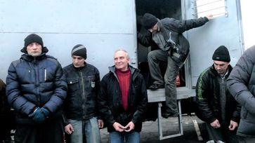 """Der letzte Gefangenenaustausch fand am 27. Dezember 2017 statt. Auf dem Bild: Die """"inhaftierten Personen"""" verlassen den Gefangenen-Transporter der Donezker Streitkräfte in der Nähe von Gorlowka. Sie freuen sich auf das Treffen mit ihren Angehörigen und Feiertage mit ihnen."""