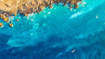 Luftaufnahme von den säurehaltigen heißen Quellen im Flachwasser der taiwanesischen Kueishantao Vulkaninsel, sichtbar durch die weißliche Verfärbung des Meerwassers durch Schwefel. Quelle: © Mario Lebrato, Uni Kiel (idw)