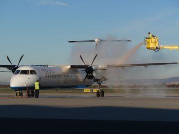 Ein Flugzeug der Croatia Airlines bei der Enteisung am Flughafen Zagreb.