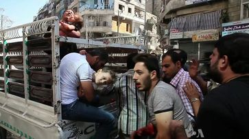Syrien: Wounded civilians arrive at a hospital in Aleppo, October 2012.
