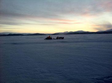 Forschen bei eisiger Kälte und unter spektakulärem Himmel ... Quelle: Foto: C. Engelhardt/IGB (idw)