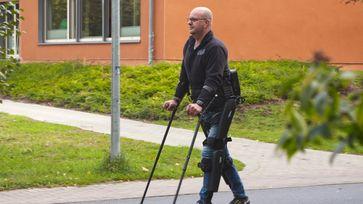 Der querschnittsgelähmte André van Rüschen mit seinem Exoskelett Bild: ZDF Fotograf: ZDF/Christoph Erbeck
