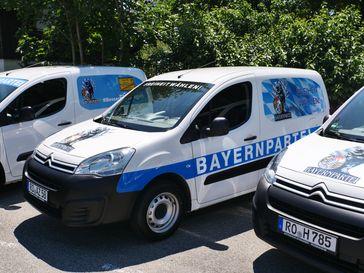 """Wahlkampf-Mobile vor ihrem Einsatz. Bild: """"obs/Bayernpartei"""""""