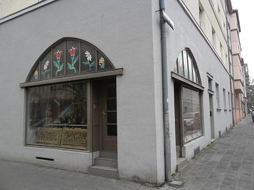 In diesem Ladengeschäft an der Ecke Gyulaer Straße/Siemensstraße wurde Abdurrahim Özüdoğru am 13. Juni 2001 ermordet. In der ehemaligen Änderungsschneiderei befindet sich ein Shop für asiatisches Kunsthandwerk (Foto 2012). Bild: Aarp65 - wikipedia.org