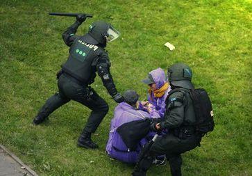 Polizeibeamte verprügeln G20 Demonstranten