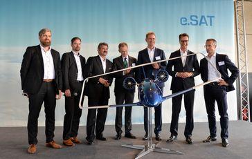 V.l.n.r.: Prof. Dr. Kai-Uwe Schröder (e.SAT GmbH), Prof. Dr. Eike Stumpf (e.SAT GmbH), Prof. Dr. Frank Janser (e.SAT GmbH), Dr. Hendrik Schulte (Staatssekretär, Ministerium für Verkehr des Landes Nordrhein-Westfalen), Prof. Dr. Günther Schuh (e.SAT GmbH), Hendrik Wüst (Minister für Verkehr des Landes Nordrhein-Westfalen) und Prof. Dr. Peter Jeschke (e.SAT GmbH)