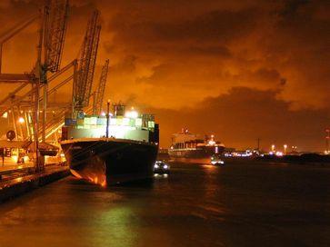 Einer der Rotterdamer Häfen bei Nacht