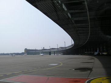 Flugsteighalle mit Vorfeld der Tempelhofer Hangars