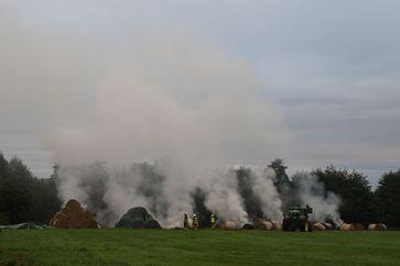 Brennende Rundballen auf einem Feld bei Barmstedt. Bild: KFV Pinneberg