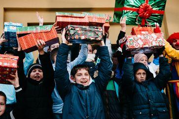 """409.448 bedürftige Kinder dürfen sich über Schuhkarton freuen / Bilde: """"obs/Weihnachten im Schuhkarton/David Vogt"""""""
