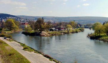 Zusammenfluss von Werra und Fulda in Hann. Münden; im Hintergrund der Kaufunger Wald