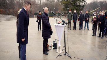 """Bild: SS Video: """"KenFM am Set: Übergabe des Spendenschecks für die Russischen Veteranen am 05.01.21 in Berlin"""" (https://tube.kenfm.de/videos/watch/201d440d-3fda-4a67-8949-8d0beb0e6a20) / Eigenes Werk"""