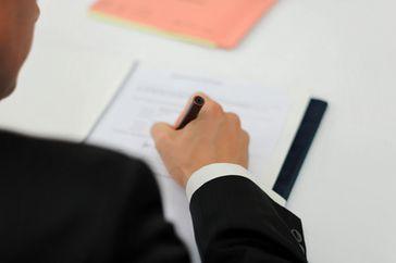 Vertrag / Bedingungen / Unterschreiben (Symbolbild)