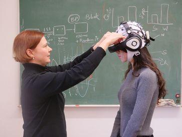 Mit dieser technischen Ausrüstung erforscht Dr. Barbara Händel (l.), wie sich Bewegung auf die Verarbeitung visueller Reize auswirkt. Quelle: (Foto: Robert Emmerich / Universität Würzburg) (idw)