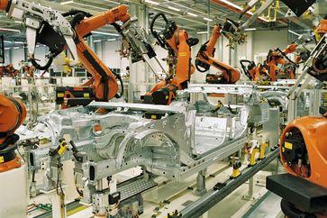 KUKA Roboter im Karosseriebau des BMW Werk Leipzig beim Zusammenbau der Bodengruppe für einen 3er BMW (hier BMW E90). Bild: Torsten.heise at de.wikipedia
