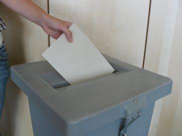 Wahl, Wahlurne, Stimmabgabe (Symbolbild)