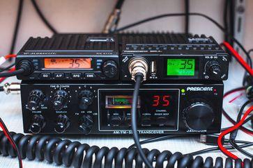 Oben zwei moderne CB-Mobilfunkgeräte, unten ein CB-Exportfunkgerät mit SSB und erhöhter Sendeleistung aus den 1980er Jahren.