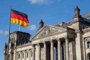 Schwarz-Rot-Gold-Flagge am Reichstag: Der Bundestag debattierte über 30 Jahre Deutsche Einheit