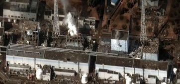 Satellitenfoto der Reaktorblöcke 1 bis 4 (von rechts nach links) am 16.März 2011 nach mehreren Explosionen und Bränden