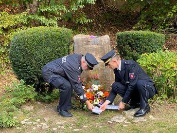Gewerkschaftsvertreter Ralf Lorasch (links) und Oliver Busche, Leiter des Polizeikommissariats Holzminden, bei der Kranzniederlegung am Gedenkstein. Bild: Polizei