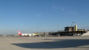 Flughafen Leipzig/Halle: Vorfeld mit Terminal B