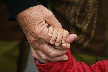 Großeltern mit Enkel (Symbolbild)