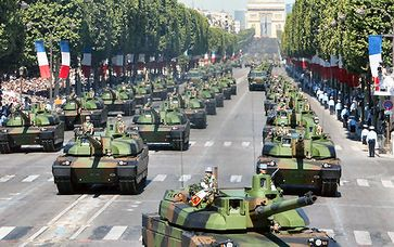 Militärparade (Panzer & Infantrie) in Frankreich