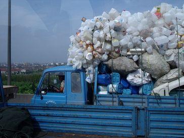 Plastik: Lkw mit recyclebaren Kunststoffabfällen in China