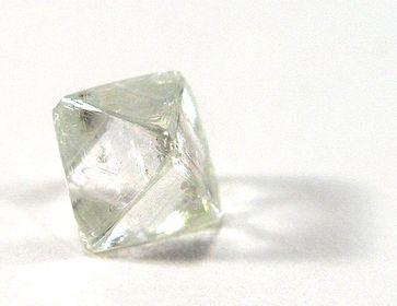 Ungeschliffener Diamant mit typischer Oktaederform