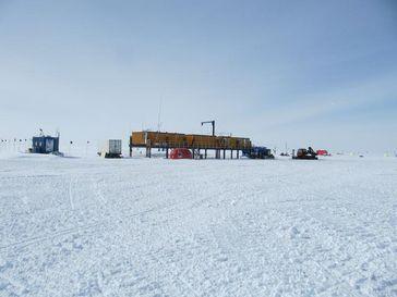 """Kohnen-Forschungsstation des Alfred-Wegener-Instituts in der Antarktis, 2892 Meter über dem Meer, mit Wetterstation links. Quelle: """"Foto: Peter Lemke"""" (idw)"""