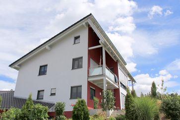 Typisches Holzrahmenhaus mit Wärmedämmverbundsystem mit Dämmplatten aus Holzfasern.