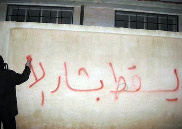 """Syrien: """"Nieder mit Baschar al-Assad"""". Regierungskritisches Graffito aus der ersten Zeit des Aufstandes."""