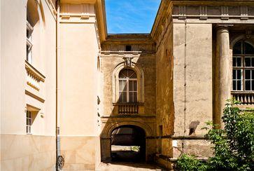 Das unter Denkmalschutz stehende Baudenkmal Anatomisches Theater der Tierarzneischule in Berlin vor und nach der Restaurierung.