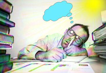 Müde, überarbeitet, erschöpft und gestresst durch Bürokratie