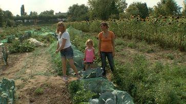 Sandra Ramers ist Managerin in der Begleitungsbranche. Die Beraterin hilft ihr in Gartenfragen. Bild: ZDF und Marc Nordbruch