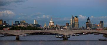 Die City of London ist das historische und wirtschaftliche Zentrum von Greater London. Sie wird oft einfach als The City oder Square Mile (Quadratmeile, entsprechend ihrer Flächenausdehnung) bezeichnet. Obwohl die City jahrhundertelang gleichbedeutend mit London war, wird der Stadtname nun für das gesamte überbaute Gebiet verwendet. Die City of London ist eine zeremonielle Grafschaft.