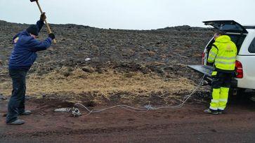 Glasfaserkabel, die bereits für Telekommunikation verwendet werden, lassen sich zu Seismometern umfunktionieren. Tests auf Island haben gezeigt, dass die Kabel Hammerschläge registrieren. Quelle: Foto: P. Jousset/GFZ (idw)